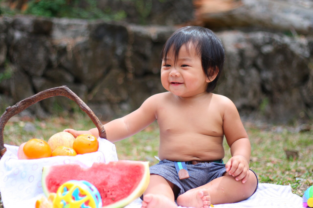 Kid with fruits